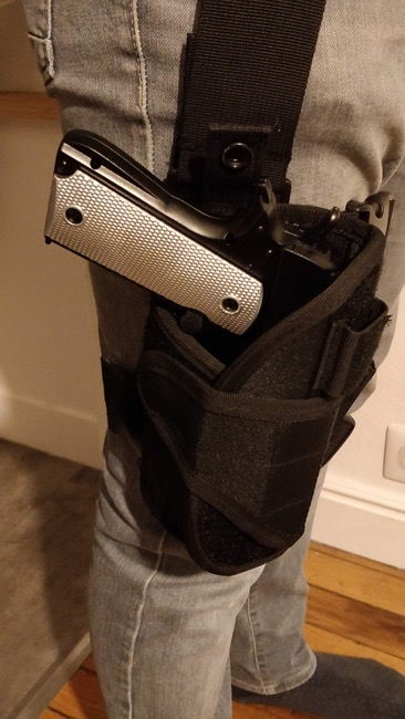 colt m911 nerf peint avec un fourreau et une ceinture